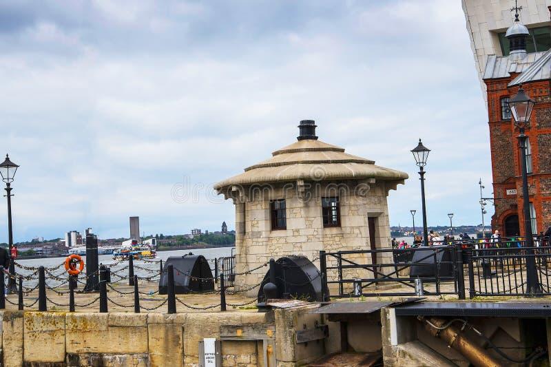 横跨梅尔塞河的Lookin向从阿尔伯特船坞的伯肯黑德在英国 免版税图库摄影