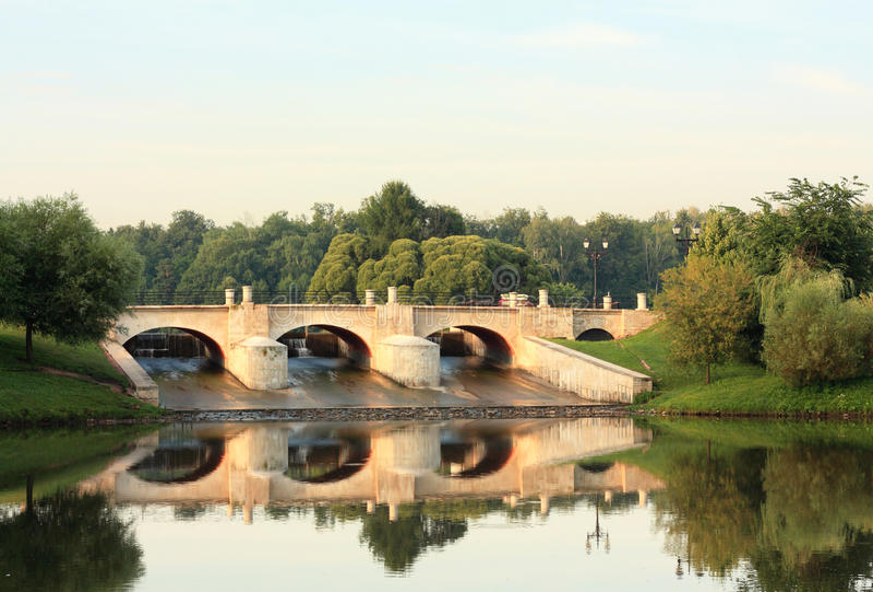 横跨池塘的水坝 图库摄影