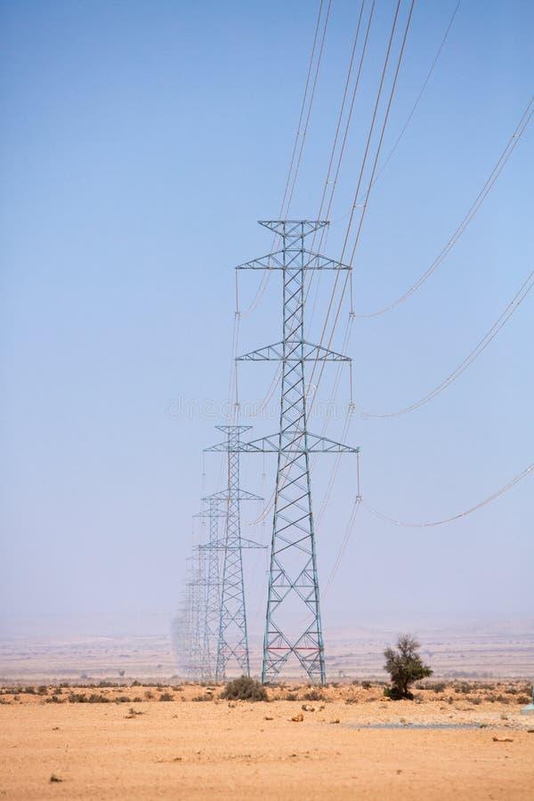 横跨沙漠的电子塔在陶陶,摩洛哥附近 库存图片