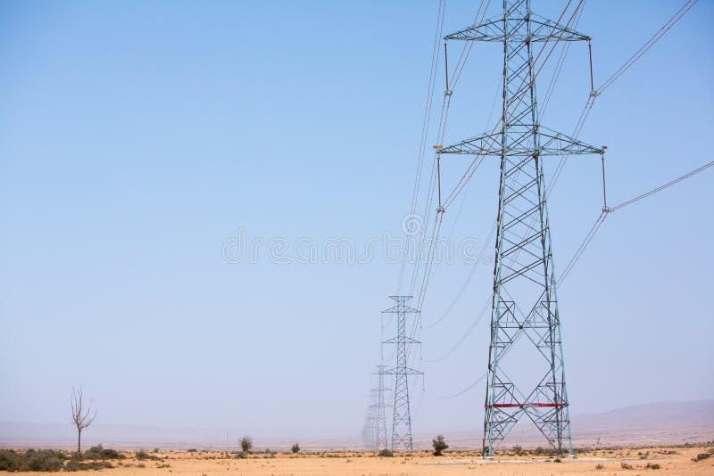 横跨沙漠的电子塔在陶陶,摩洛哥附近 图库摄影