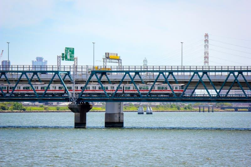 横跨河边的大现代城市 免版税库存图片
