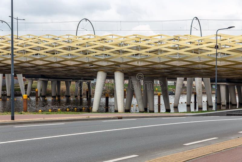 横跨河Dieze的现代铁路桥在荷兰城市s斯海尔托亨博斯 库存图片