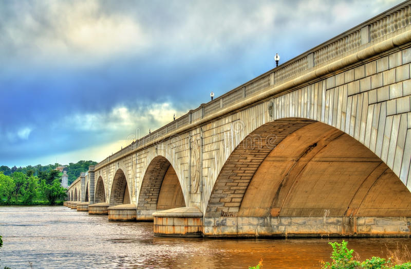 横跨波托马克河的阿灵顿纪念桥梁在华盛顿, D C 库存照片
