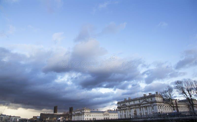 横跨泰晤士河以老皇家海军学院为目的,格林威治,伦敦的伦敦都市风景, 免版税库存图片