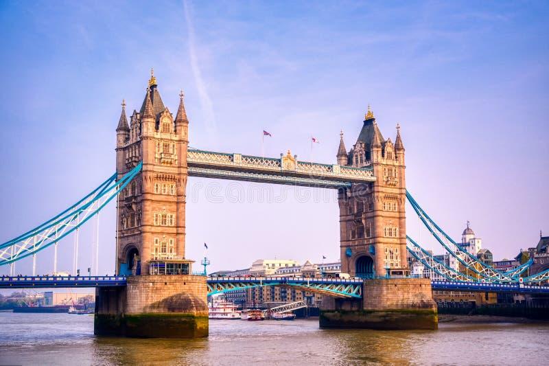 横跨泰晤士河的伦敦塔桥在伦敦 免版税库存照片