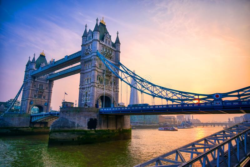 横跨泰晤士河的伦敦塔桥在伦敦 免版税库存图片
