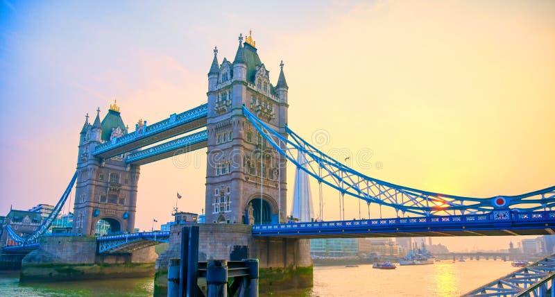 横跨泰晤士河的伦敦塔桥在伦敦 图库摄影
