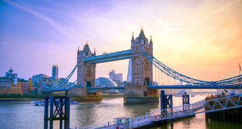 横跨泰晤士河的伦敦塔桥在伦敦 免版税图库摄影