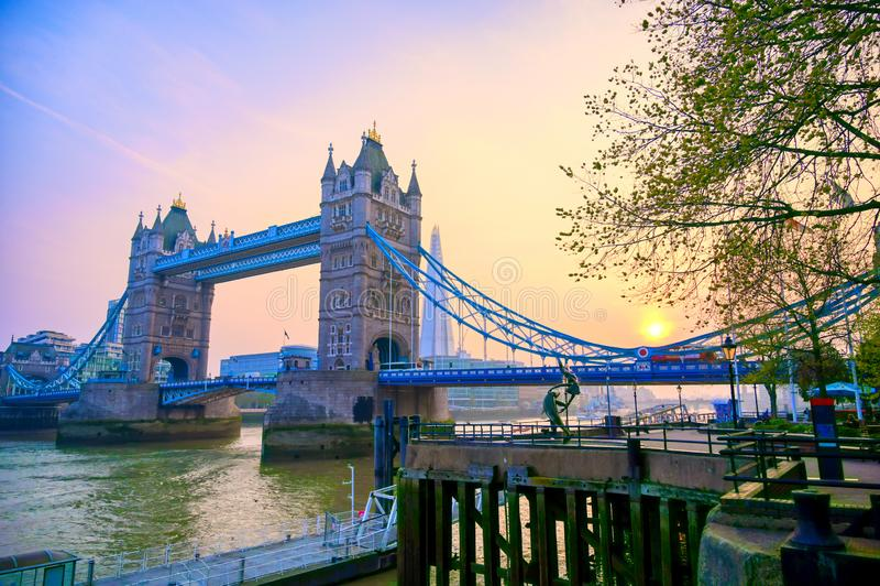 横跨泰晤士河的伦敦塔桥在伦敦 库存图片