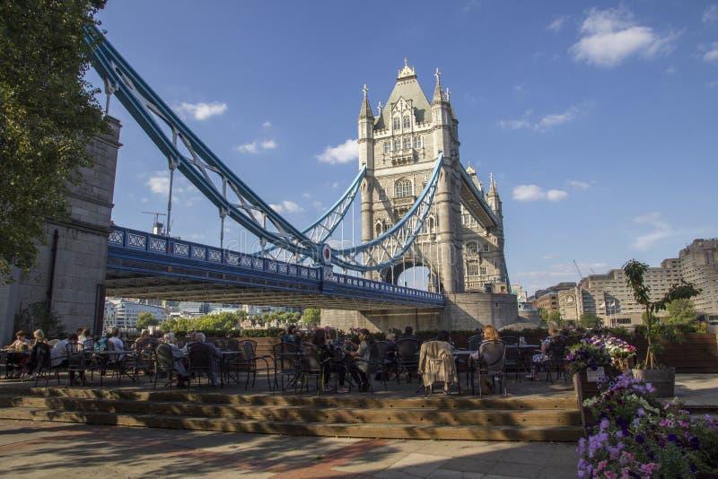 横跨泰晤士河的伦敦都市风景以在伦敦塔桥附近的吃饭的客人为目的, 免版税库存图片