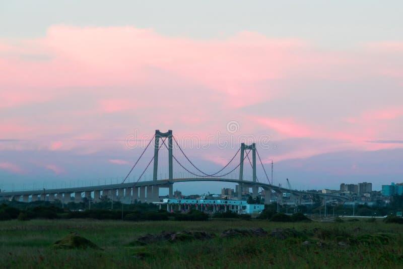 横跨海峡的桥梁桥梁日落的在马普托 库存照片