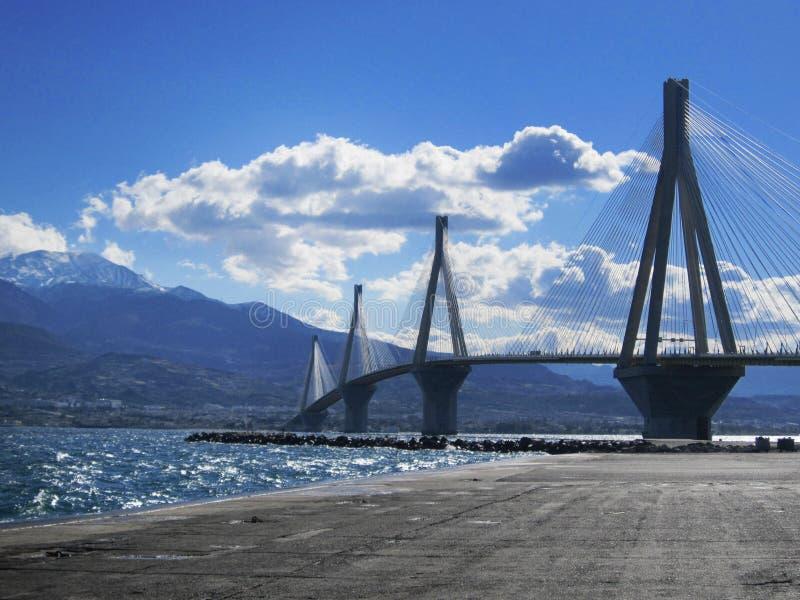 横跨海的现代桥梁到山海岛 图库摄影