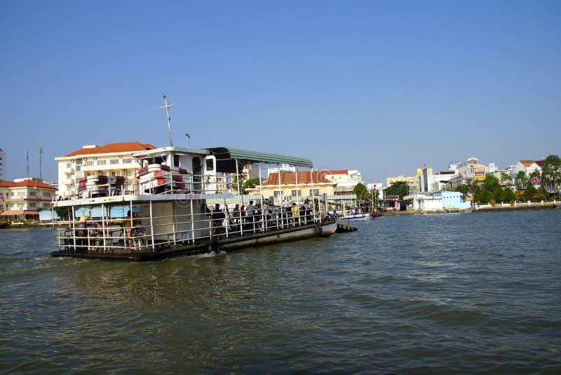 横跨湄公河的客船 免版税图库摄影