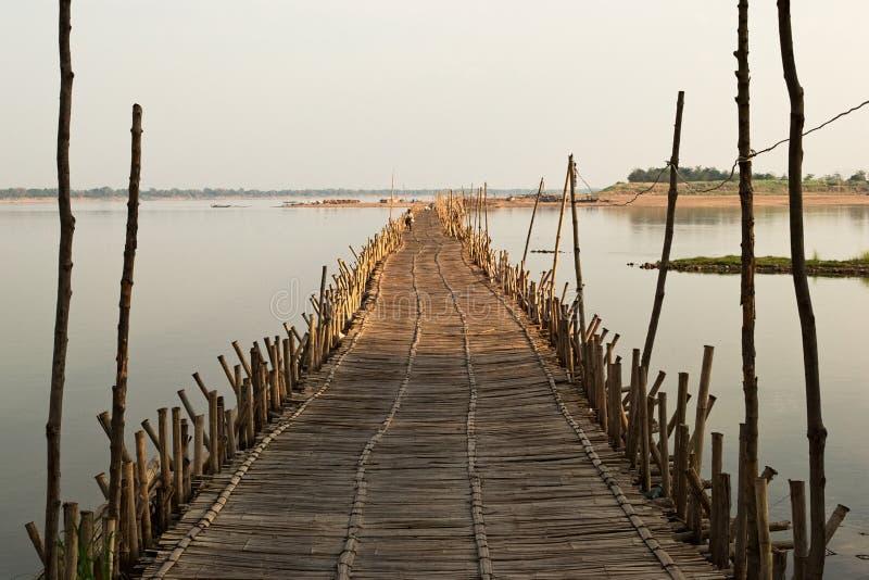 横跨湄公河的竹桥梁 免版税库存图片