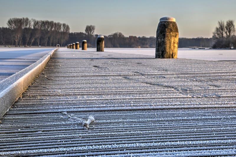 横跨湖的冻人行桥 免版税库存照片