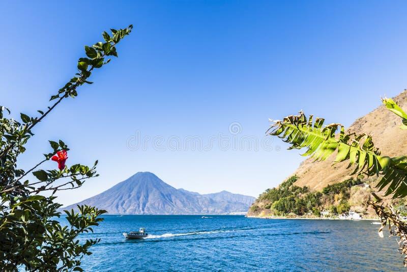 横跨湖Atitlan的小船巡航有后边火山的,危地马拉 免版税库存图片