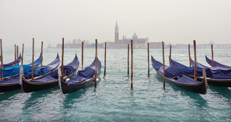 横跨盐水湖的一个看法在有长平底船的威尼斯在一有薄雾的天 库存照片