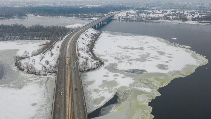 横跨第聂伯河的路桥梁在冬时的Dnipro市 库存照片
