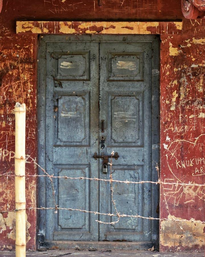 横跨篱芭的锁 免版税库存图片