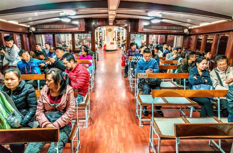 横跨维多利亚被运输的星轮渡乘客在香港怀有 在帆船里面的人们 免版税图库摄影