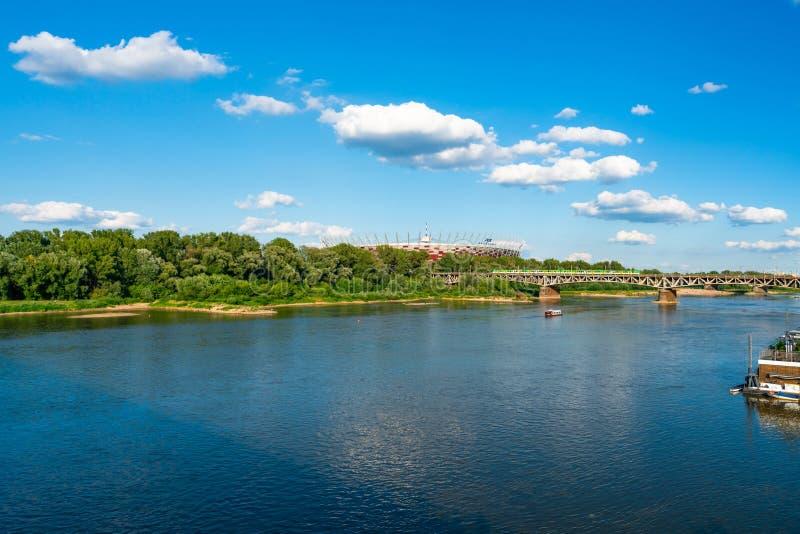 横跨维斯瓦河被看见的苏帕查拉赛体育场在华沙,波兰 库存图片
