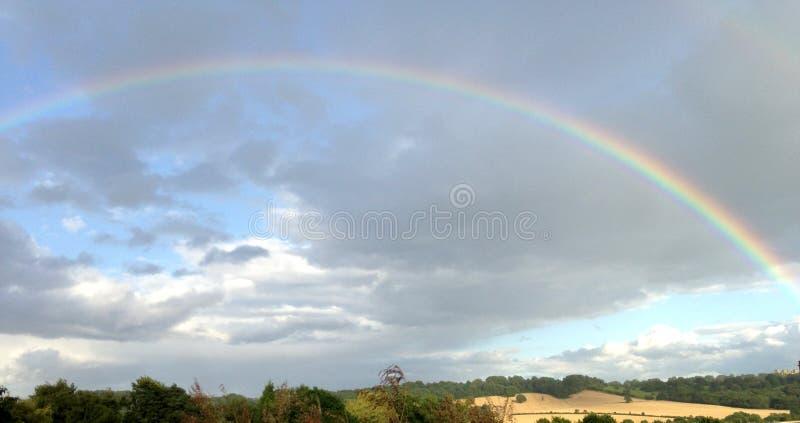 横跨蓝天的彩虹在青山 免版税图库摄影