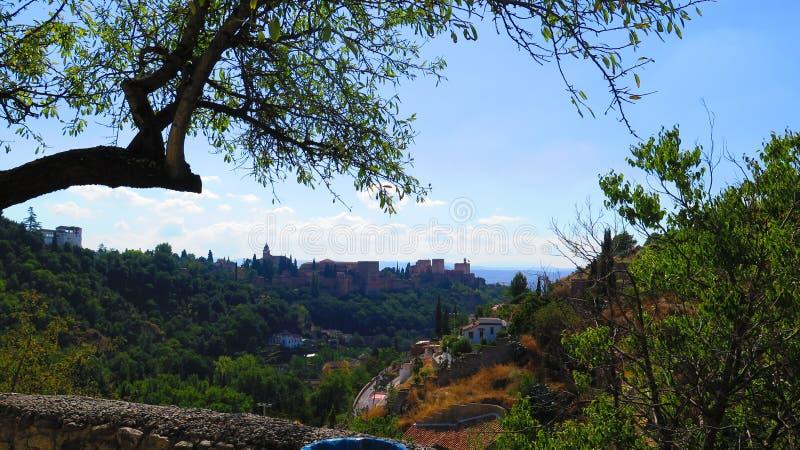 横跨谷被观看的阿尔罕布拉宫城堡在格拉纳达 库存照片