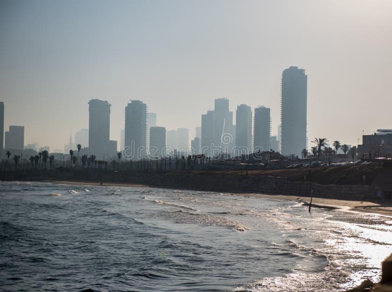横跨贾法角含沙海湾的清早特拉维夫  图库摄影