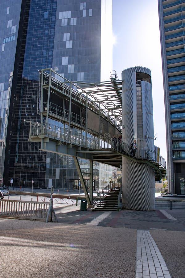 横跨路的步行桥在现代城市 图库摄影