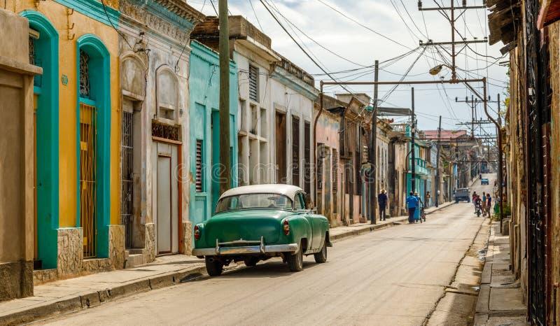 横跨路的老生存房子在圣地亚哥-德古巴,古巴的中心 免版税库存照片