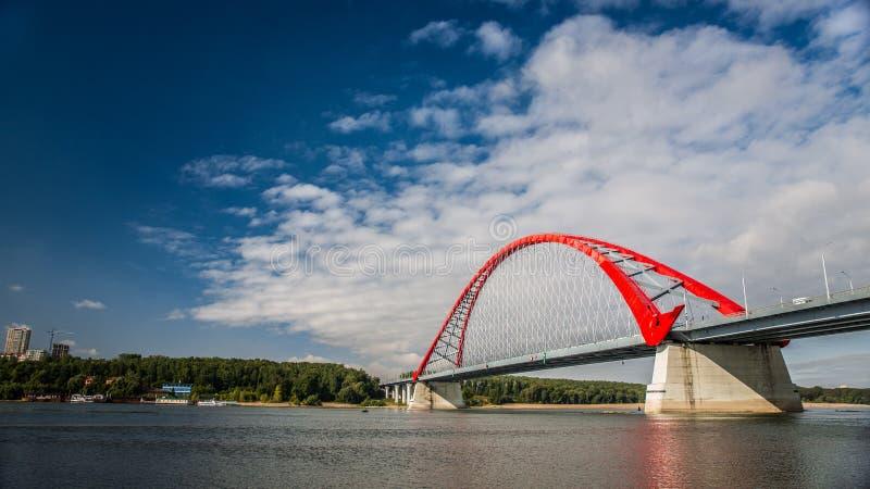 横跨鄂毕河的红色吊桥 免版税库存照片