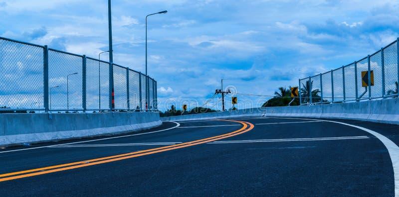 横跨铁路的新的路,与钢的美丽的曲线 库存照片