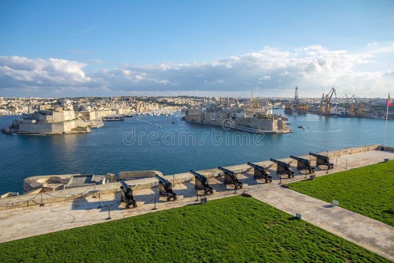 横跨马耳他` s盛大港口的枪;比尔古和森格莱阿看法  免版税库存图片