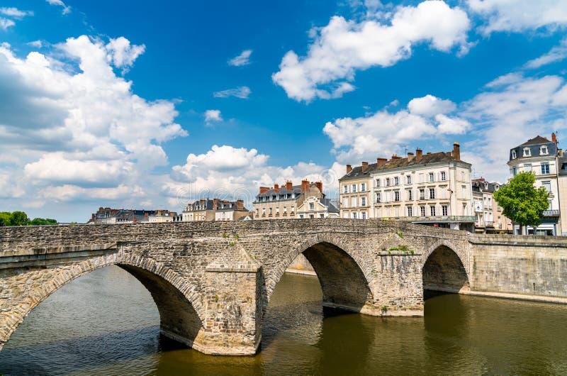 横跨马耶讷省河的老石桥梁在拉瓦尔,法国 免版税库存图片