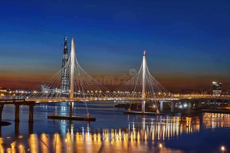横跨Petrovsky航路在晚上,圣皮特圣徒・彼得的缆绳被停留的桥梁 库存照片
