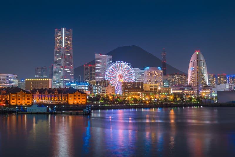 横滨在Mt富士的市地平线在日落时间 免版税库存照片