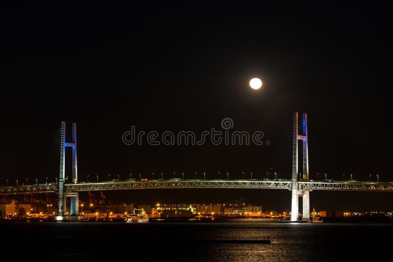 横滨有满月的海湾桥梁 库存图片