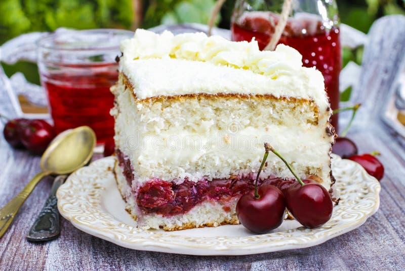樱桃和椰子夹心蛋糕 免版税库存图片