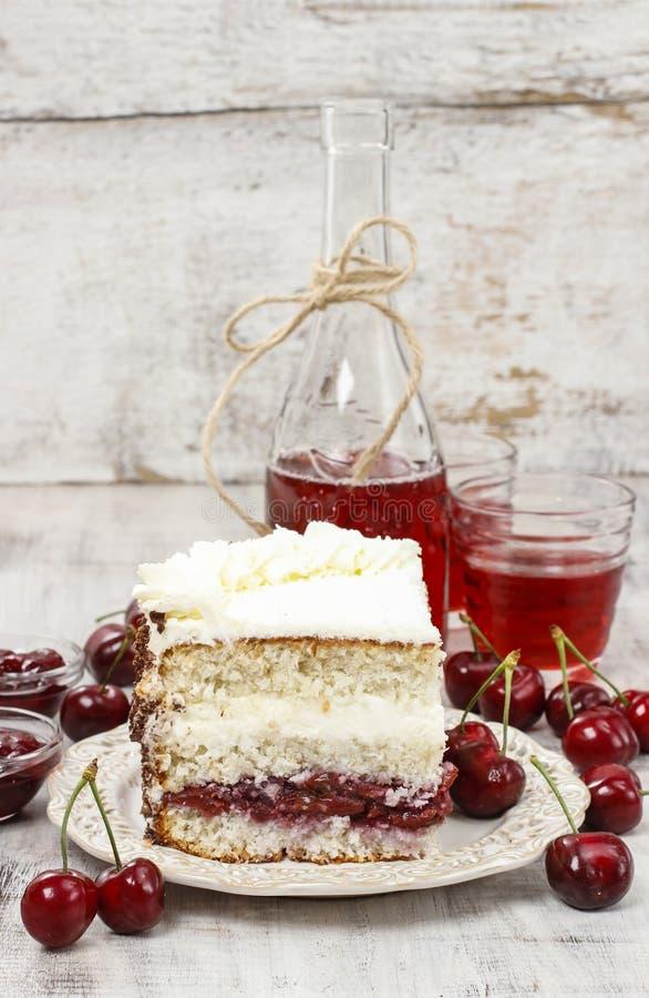 樱桃和椰子夹心蛋糕 免版税库存照片