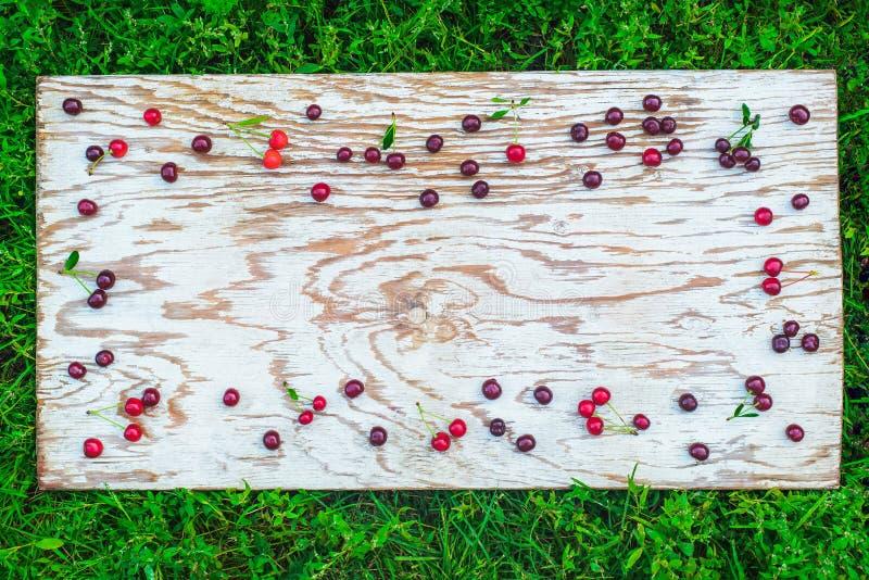 樱桃在白板构筑 库存图片