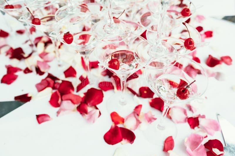 樱桃在白色的香槟鸡尾酒线  图库摄影
