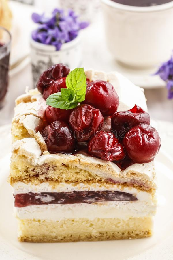 樱桃夹心蛋糕 库存照片