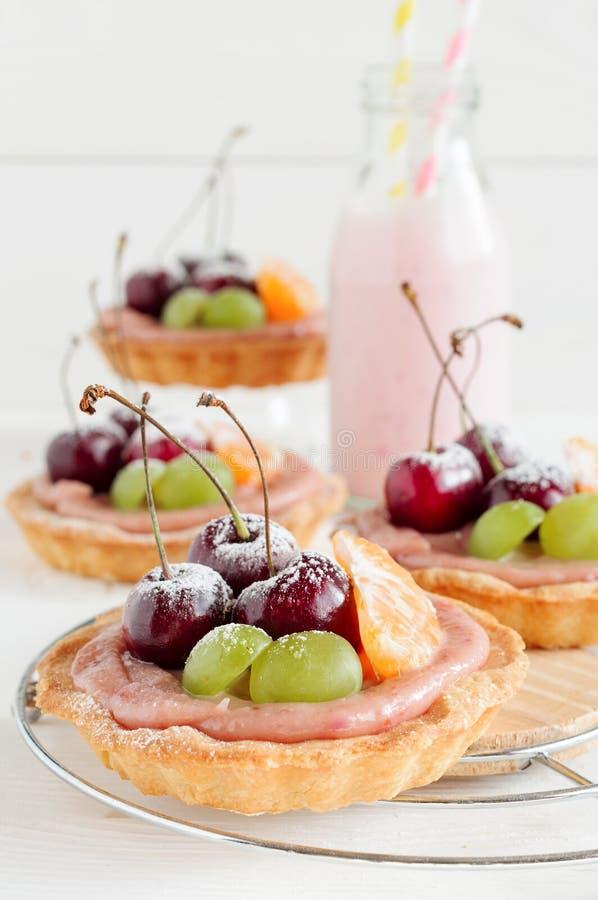 樱桃微型馅饼用果子和牛奶 库存图片