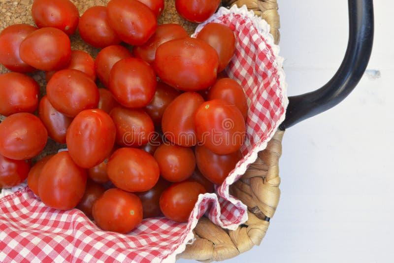 樱桃李子在白色木背景的快餐蕃茄 免版税库存照片