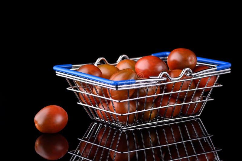 樱桃番茄的迷你食品篮 库存图片