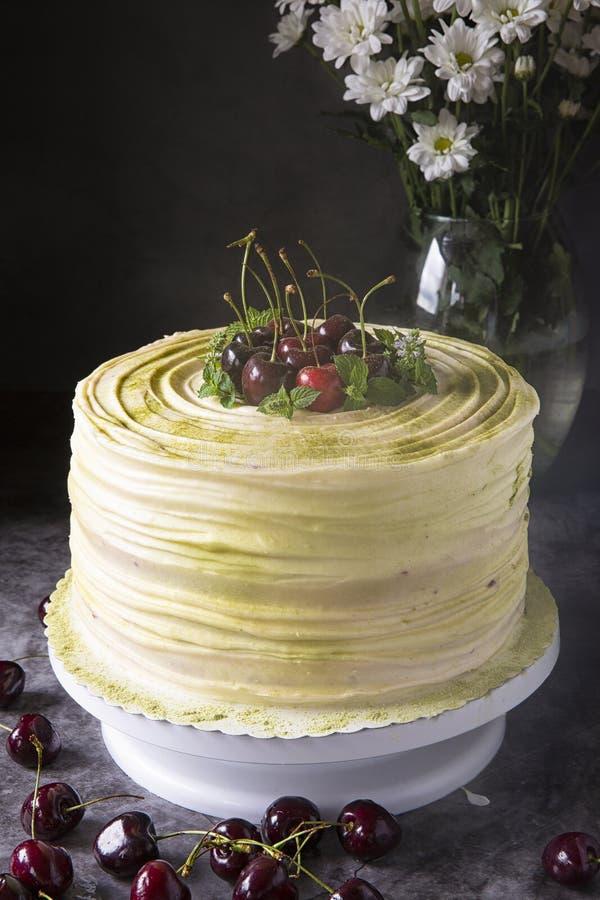 樱桃蛋糕装饰用在黑暗的背景的大樱桃 欢乐酥皮点心和一张甜桌 夏天莓果和点心 图库摄影