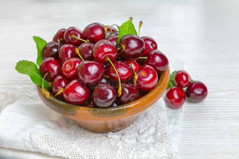 樱桃,在黏土板材的樱桃在桌上 库存图片