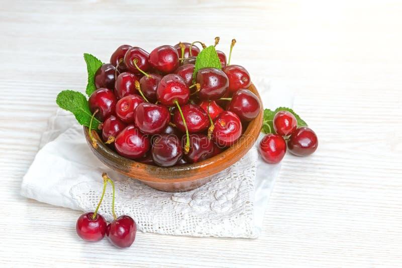 樱桃,在黏土板材的樱桃在桌上 免版税图库摄影