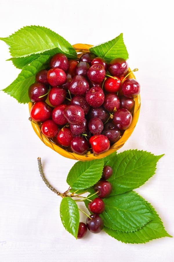 樱桃,在黏土板材的樱桃在桌上 免版税库存照片