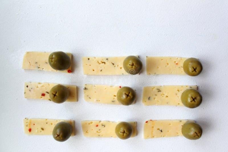 绿橄榄和乳酪 图库摄影